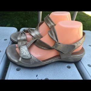 Clarks Artisan Women's gold metallic sandals 8XW